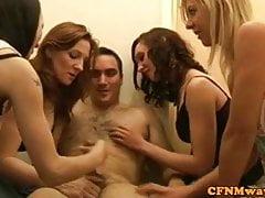 Femdom CFNM dělá masážní dudes penis