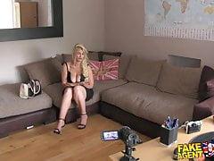 FakeAgentUK Une superbe blonde aime sucer et baiser
