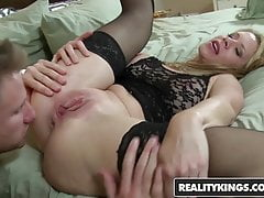 RealityKings - Chasseur de Trentenaires - Desi Dalton Levi Cash - Sexy Su