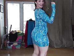 Pawg in abito blu che balla alla musica araba