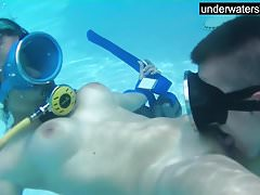 Süßigkeiten werden unter Wasser geleckt