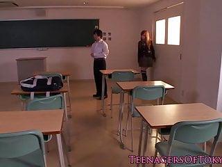 品尝她的体内射精的惊人的日本女小学生