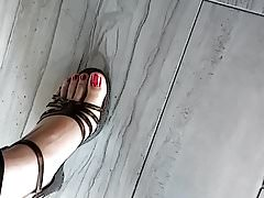 Candid Asian feet in sexy sandali
