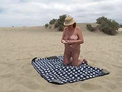 Dojrzała pokazuje się na plaży