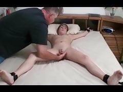 Adolescent nue attachée masturbée par un homme plus âgé