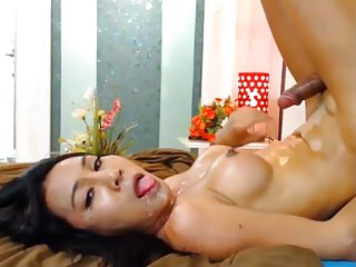Girl squirts while getting fucked
