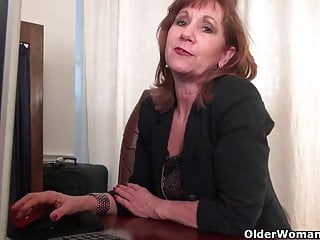在連褲襪的辦公室奶奶工作她的老貓