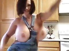 Danza sexy di tette enormi
