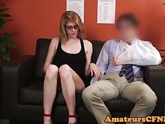 Giovane feticista CFNM prende in giro un ragazzo più vecchio