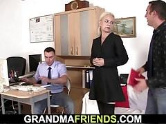 Due tizi condividono una donna molto anziana