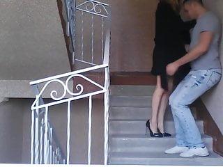 Arrogante Schnalle tritt Ex-Lover im Treppenhaus in die Eier