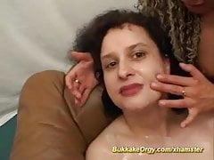 Curly essen Sperma im Gangbang
