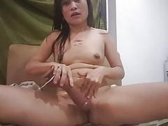 Azjatycka żona zaczyna tryskać orgazmem na czarnym wibratorze 1