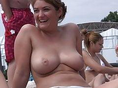 Kobiety z ogromnymi cyckami topless na plaży