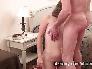 毛茸茸的熟女奧爾加得到了她的陰莖