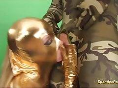 szorstki anal w złotym spandeksie