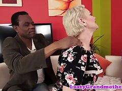 Cockloving Gilf saugt einen dicken schwarzen Schwanz