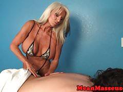 La massaggiatrice matura domina con abbracci