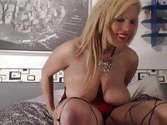 Zara expose ses gros seins et sa chatte devant la cam