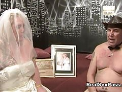 La vecchia sporca sposa sporca ha un'orgia insieme a una damigella d'onore