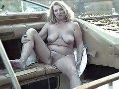 Adele Nudo che prende il sole sulla barca