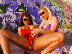 Lesbische hotties fick unter a hot desert sun.mp4