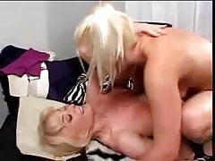 Snáší mladou blondýnu