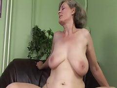 La nonnina ha bisogno di un orgasmo