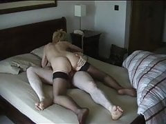 Blondynka nimfomanka szlifuje swoją ciasną cipkę na twardym kutasie