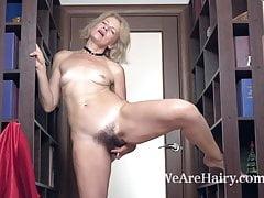 Diana Douglas se desnuda y se masturba en un pasillo