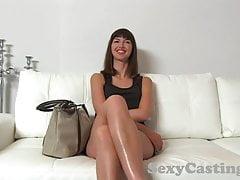 Casting Gorąca brunetka dostaje twarz pełną odwagi