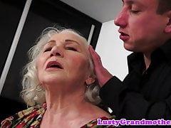 La bella vecchia signora seduce il suo giovane amante