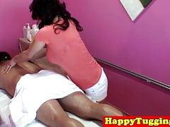 Tettona scatti asiatici e succhia durante il massaggio