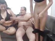 anciano con dos bellacas