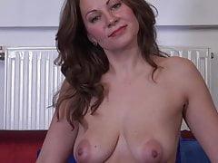 Matka z niesamowitymi obwisłymi piersiami karmiąc cipkę