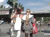 Minka macht Krissi den Berliner Curry -Stripe Tease