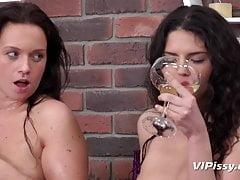 Bere piscio - Le ragazze bellissime si ingozzano la pipì dorata