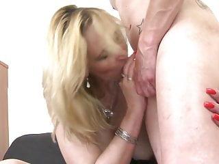 成熟的性炸彈媽媽吮吸和他媽的年輕男孩公雞