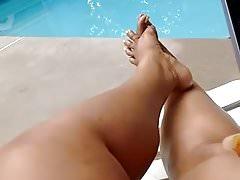 Jej stopy przy basenie