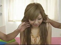 Drobna blondie w jej obcisłej złotej cipce bikini