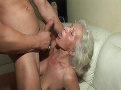 Das erste Mal fickt er eine heiße Oma!