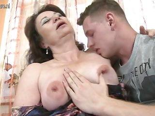 熱的成熟媽媽亂搞她的兒子最好的朋友
