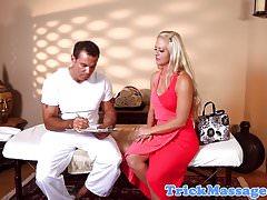 Massage gros seins babe baisée sur table