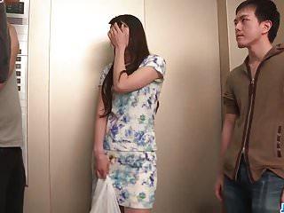 Nana Nakamura在顶级三重奏中扮演顽皮和性感的角色