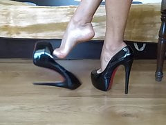 Zwisające moje czarne błyszczące szpilki na shoeplay