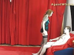 MILF agentka kurva dává sexy tanec mladému začátečníkovi