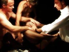 Brudna dziwka zostaje gangbangowana na stole pokerowym przez trzech skurwieli