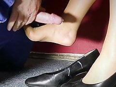 Scopata di piedi in nylon arrapato sul posto di lavoro