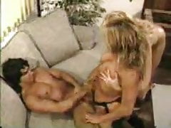 2 Blondinen ficken Kerl mit Strap-On und lutschen sein Sperma KOLI