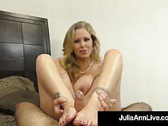 La superbe MILF Julia Ann prend une bite dans la bouche et les mains!